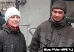 Мать и сын-токсикоман, ведущие бродяжничающий образ жизни на территории металлургического комбината. Темиртау, 2011 год.