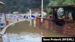 Izljevena kanalizacija u Bečićima