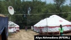 Юрты для туристов на побережье озера Алаколь. Поселок Коктума Алматинской области, июль 2012 года.