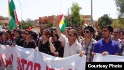 ناشطون يتظاهرون أمام القنصلية الإيرانية في أربيل