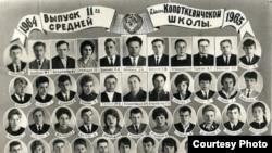 Світлана Алексієвич на випускному фото (друга ліворуч у нижньому ряду)