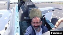 «Су-30СМ - один из лучших истребителей мира. Уже нахожусь в Ереване», - подписал опубликованную в Faсebook 17 июня фотографию премьер-министр Армении Никол Пашинян