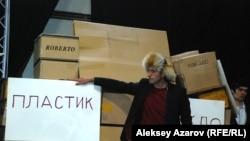 Роль Мэлса-батыра исполнил журналист и бард Олег Белов. Алматы, 17 февраля 2014 года.