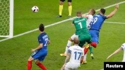 Ֆրանսիացի Օլիվիե Ժիրուն (9 համարը) հինգերորդ գնդակն է ուղարկում Իսլանդիայի հավաքականի դարպասը, Սեն Դենի, 3-ը հուլիսի, 2016թ.