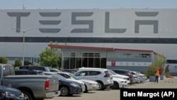 Parking fabrike električnih automobila Tesla u Kaliforniji, maj 2020.