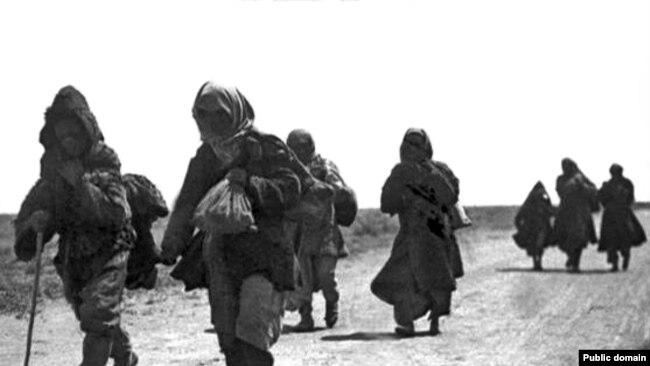 1930 jıldarı aştıqtan bosıp bara jatqan qazaqtar. (Suretti Dmitriy Bagaev tüsirgen.)
