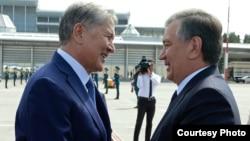 Özbegistanyň prezidenti Şawkat Mirziýoýew (sagda) we gyrgyz lideri Almazbek Atambaýew. Gyrgyzystan. 6-njy sentýabr, 2017 ý.