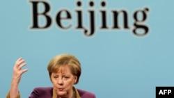 آنگلا مرکل، صدراعظم آلمان در حال سخنرانی در دانشکده علوم اجتماعی چین- پکن، ۱۳ بهمنماه