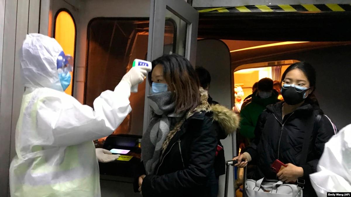 В Китае через коронавирус умерли по меньшей мере 56 человек. США эвакуирует своих дипломатов