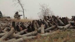 Архівний відеокадр: український військовий на позиції біля селища Новгородського, що зазнало обстрілу й нині