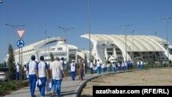 """Türkmenistan: Sportuň """"mejbury janköýerleri"""""""