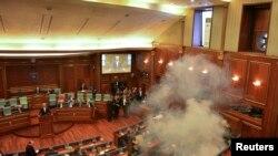 Një nga seancat e parlamentit të Kosovës me gaz lotësjellës, shkurt 2016