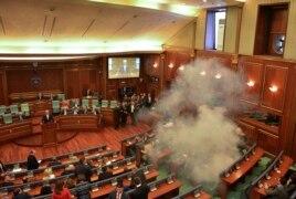 Сльозогінний газ у парламенті Косова, 26 лютого 2016 року