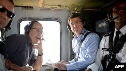 """Министр обороны США Эштон Картер и министр обороны Израиля Моше Яалон во время полета на вертолете """"Блэкхок"""""""