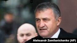 Сегодня Анатолий Бибилов представил нового шефа офицерскому составу КГБ