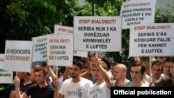 """U vreme sastanka Kupera i Thacija, pred zgradom Vlade Kosova protestovali su aktivisti pokreta """"Samoopredeljenje"""", Priština, 21. juni 2012."""