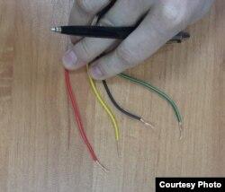 Следствие утверждало, что обвиняемые собирали и тестировали устройство, однако на суде были представлены неиспользованные провода