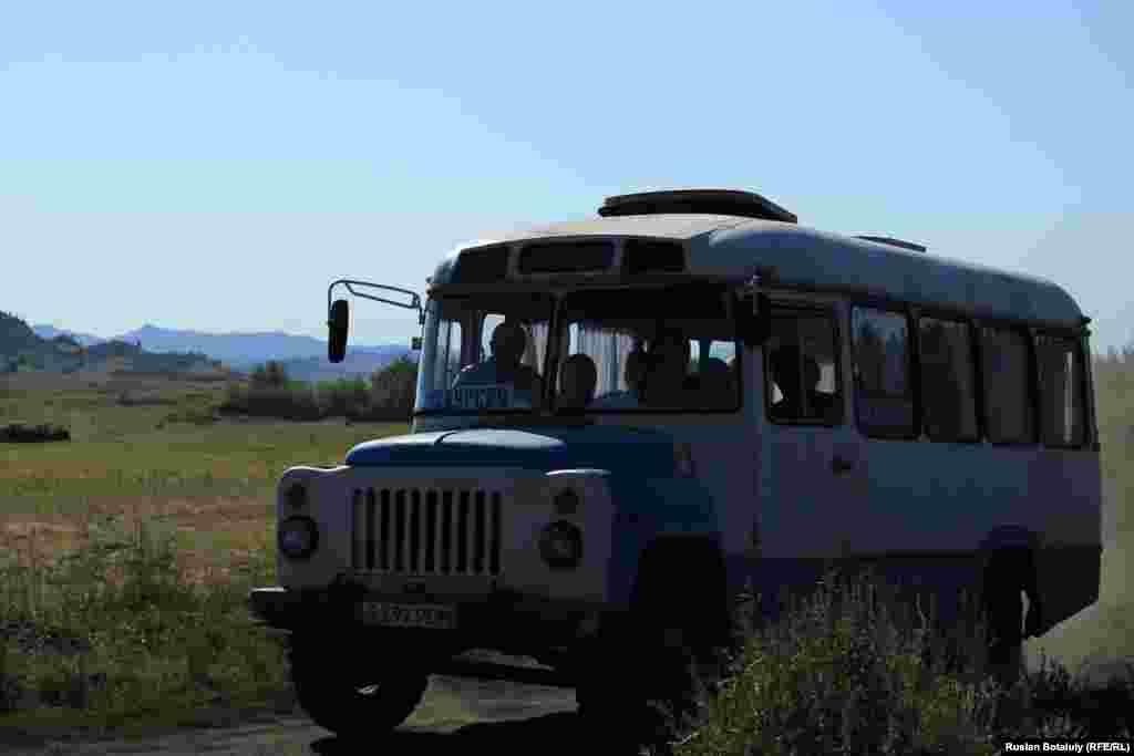 Автобус, перевозящий туристов на экскурсию в Баянаульский национальный парк.