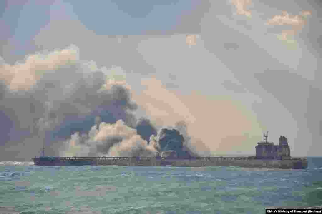 КИНА - Експлодирал иранскиот танкер со нафта, кој пред неколку денови беше оштетен во судир со кинески товарен брод, соопшти денеска кинеското Министерство за транспорт. На иранскиот танкер во саботата ноќта изби пожар по судирот со товарниот брод. Во моментот на инцидентот танкерот превезувал околу 136.000 тони нафта. Надлежните стравуваат од еколошка катастрофа во тој дел од Кинеското море.