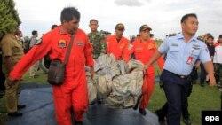 Спасательная операция по поиску останков и обломков аэробуса компании Air Asia.
