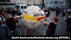 Активісти провели під офісом Віктора Медведчука акцію «Йдемо до кума Путіна»