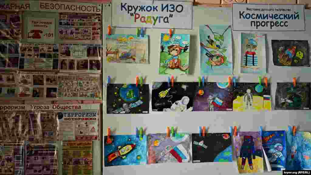 К сельсовету примыкает Дом культуры. В его фойе развешаны рисунки школьников, посвященные Дню космонавтики