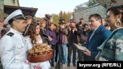 Молодята і голова Херсонської ОДА Юрій Гусєв