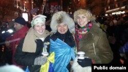 Азаматтық белсенді Мұхтар Тайжан Киевтегі демонстранттарға қолдау көрсетіп тұр. 8 желтоқсан 2013 жыл Сурет автордың Фейсбук парақшасынан алынды.