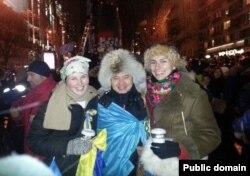 Гражданский активист Мухтар Тайжан с демонстрантами на украинском Майдане. Киев, 8 декабря 2013 года.