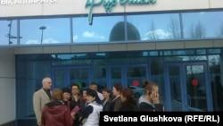Родственники заключенных колонии в селе Саумалколь в Северо-Казахстанской области у центрального офиса правящей партии «Нур Отан». Астана, 21 апреля 2014 года.