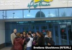 Родственники заключенных колонии в селе Саумалколь Северо-Казахстанской области стоят в ожидании аудиенции у центрального офиса партии «Нур Отан». Астана, 21 апреля 2014 года.