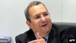 اهود باراک، وزیر دفاع اسرائیل، می گوید که در برخورد با ایران تمام گزینه ها روی میز قرار دارد.