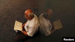 Muslimanski vjernik čita Kuran u džamiji u Rijeci