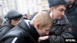 В Москве сотрудники правоохранительных органов начали задерживать участников акции еще до того, как те успели выйти к памятнику Грибоедову