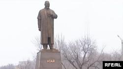Памятник Абаю Кунанбаеву. Караганда, декабрь 2008 года.