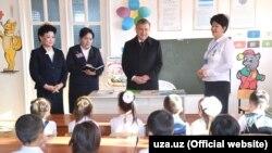 Шавкат Мирзияев Қарақалпақстанға сапары кезінде оқушылармен кездесіп тұр.
