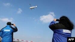 ATƏT müşahidəçiləri Donbasda pilotsuz müşahidəçi aparatı sınaqdan keçirirlər.