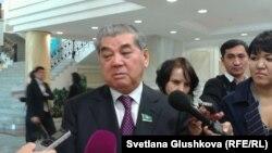 Депутат Қуаныш Сұлтанов журналистерге сұхбат беріп тұр.