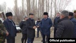 Кыргызстандын Баткен облусунун жетекчиси Акрам Мадумаров менен Тажикстандын Согди облусунун башчысы Раджаббой Ахмадзода Кыргызстандын Көк-Таш айылында кездешти.