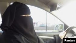 Сауд Арабиясында автокөлік тізгінін басқарып отырған әйел. Эр-Рияд, 21 маусым 2011 ж.