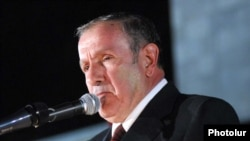Armenia -- Opposition leader Levon Ter-Petrosian addresses supporters in Yerevan, 17Sept 2010.