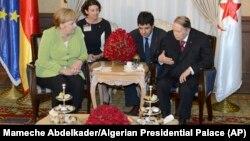 Абдельазиз Бутефлика (крайний справа) во время встречи с Ангелой Меркель, 17 сентября 2018 года.