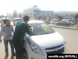 Дорожный полицейский заполняет протокол в узбекском города Андижан. Фото из соцсетей.