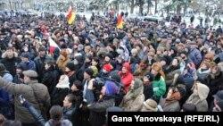 Оппозиционеры считают, что на их плечах к власти пришли люди, которым безразлична судьба Южной Осетии