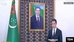 Сердар Бердымухамедов на фоне портрета своего отца президента Гурбангулы Бердымухамедова.