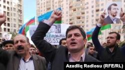 Әзербайжан Халықтық майдан партиясының мүшесі Асиф Юсуфли наразылық шеруі кезінде.