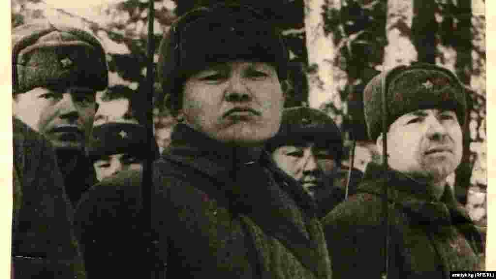 Панфиловцам зачитывают письмо от президиума Верховного совета СССР о награждении их орденом Ленина. 1943 год. Фото Государственного исторического музея. Колонна киргизских танкистов. Фото Государственного исторического музея.