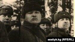 Панфиловчулар Ленин ордени менен сыйлангандыгы жөнүндө СССР Жогорку Советинин президиумунун катын окуу учуру. 1943-жыл.