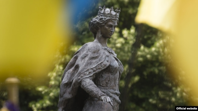 Пам'ятник Анні Київській, королеви Франції. Санліс, 26 червня 2017 року