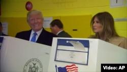 Кандидат от республиканцев на президентских выборах в США Дональд Трамп (слева) с супругой Меланьей голосует в Нью-Йорке, 8 ноября 2016 года.